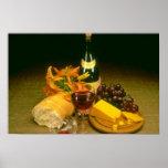 Garrafa cor-de-rosa do vinho tinto, uvas, pão, que impressão