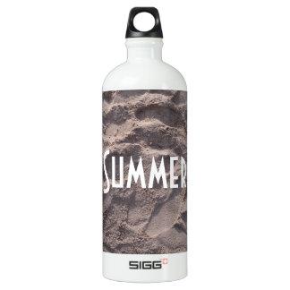 Garrafa D'água Passos nas férias de verão da praia da areia