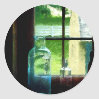 Garrafas de vidro no Windowsill Adesivos Redondos