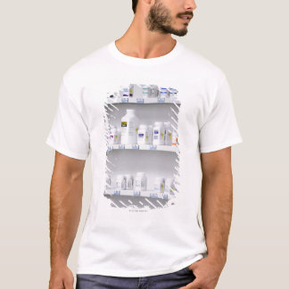 garrafas nas prateleiras em uma farmácia camiseta