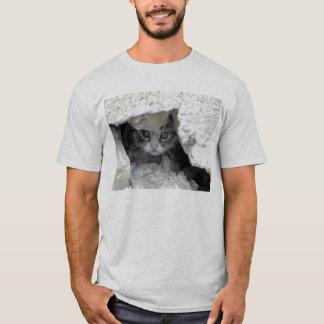 Gatinho sob o patamar camiseta