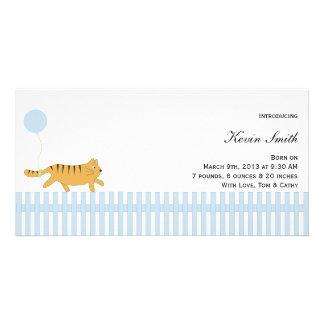 Gato alaranjado com anúncio do bebê do balão cartao com foto personalizado