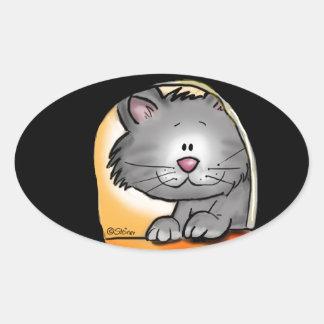 Gato bonito que olha em um furo do rato adesivos em formato ovais