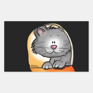 Gato bonito que olha em um furo do rato adesivo em forma retangular