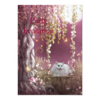 Gato branco do convite no balanço da árvore