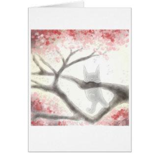 Gato cinzento pequeno em um cartão da árvore