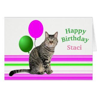 Gato com o cartão de aniversário dos balões para