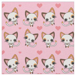 Gato de chita com corações cor-de-rosa & fundo tecido