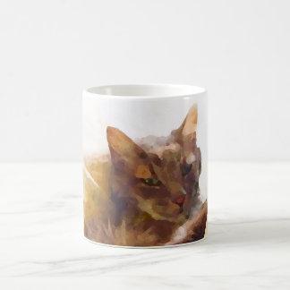 Gato doce em folhas de cama caneca de café