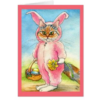 Gato em um cartão de páscoa do terno do coelho