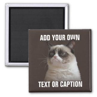 Gato mal-humorado - adicione seu próprio texto ímã quadrado