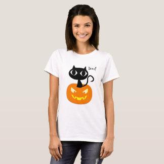 Gato preto bonito com a camisa do Dia das Bruxas