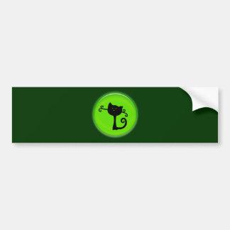 Gato preto bonito dos desenhos animados no verde adesivo para carro