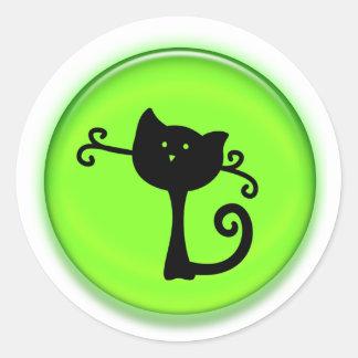 Gato preto bonito dos desenhos animados no verde adesivos redondos