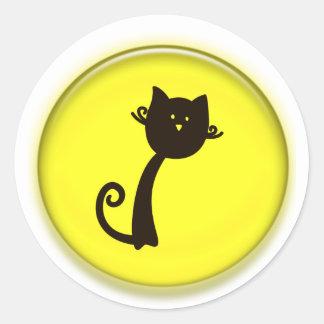 Gato preto bonito no círculo amarelo adesivo em formato redondo