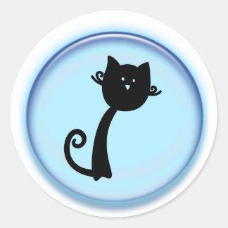 Gato preto bonito no círculo azul adesivo em formato redondo