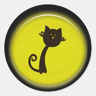 Gato preto dos desenhos animados bonitos no adesivos redondos