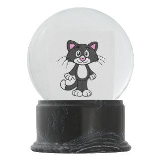 Gato preto e branco do smoking globo de neve