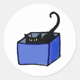 Gato preto na etiqueta da caixa azul adesivo redondo