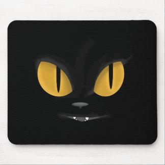 Gato preto pernicioso bonito com presas mouse pad