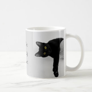Gato preto que relaxa no sofá caneca