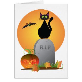 Gato preto Stting do Dia das Bruxas na lápide Cartão Comemorativo