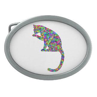 Gato prismático colorido que lambe a pata