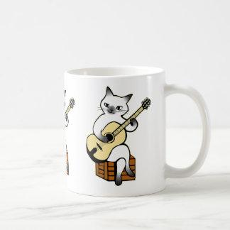 Gato que joga a caneca da guitarra