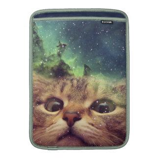 Gato que olha fixamente no espaço bolsa de MacBook air