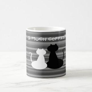 Gatos brancos e pretos de demasiado café, caneca