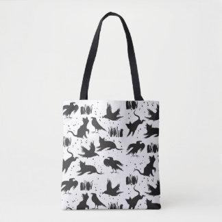 Gatos e o bolsa preto e branco dos corvos