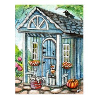 Gatos na frente da casa da casa de campo cartão postal