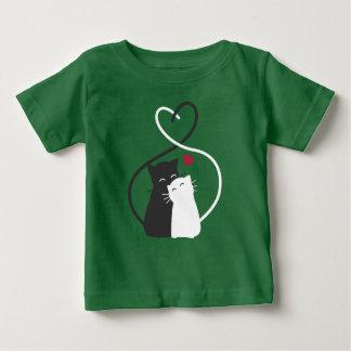 Gatos românticos simples na camisa do amor  