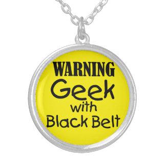 Geek de advertência com colar do cinturão negro