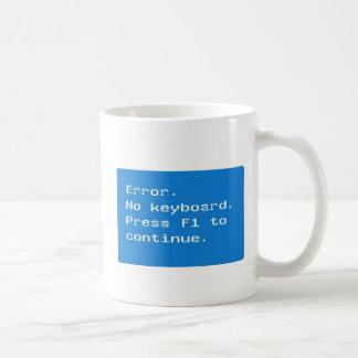 Geek do computador - erro.  Nenhum drinkware do Caneca De Café