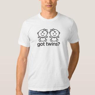 Gêmeos obtidos? A menina junta a camisa T-shirt