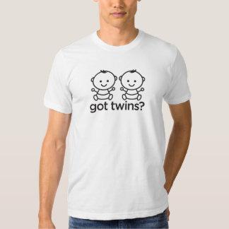 Gêmeos obtidos? O menino junta a camisa T-shirts