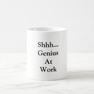Gênio na caneca do trabalho