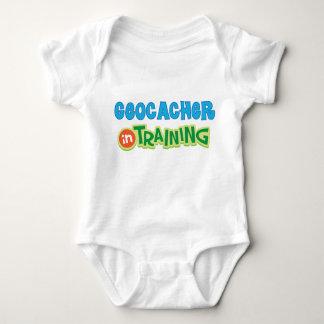 Geocacher no treinamento caçoa a camisa