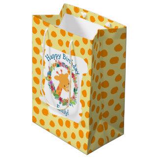Girafa bonito com um aniversário floral do costume sacola para presentes média