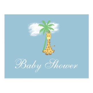 Girafa do chá de fraldas em convites azuis cartão postal