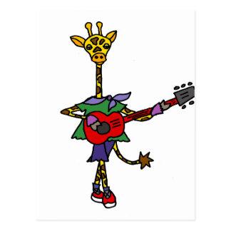 Girafa engraçado que joga a guitarra vermelha cartão postal