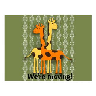 Girafas bonitos na mudança de endereço verde cartões postais