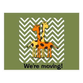 Girafas bonitos na mudança de endereço verde cartao postal