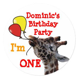 Giraffa com convites engraçados do aniversário dos