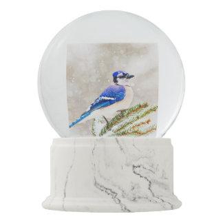 Globo De Neve Jay azul em um pinheiro com neve