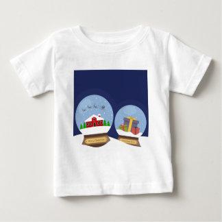 Globos da neve do Natal e presente de Papai Noel Camiseta Para Bebê