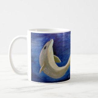 Golfinho na caneca do oceano