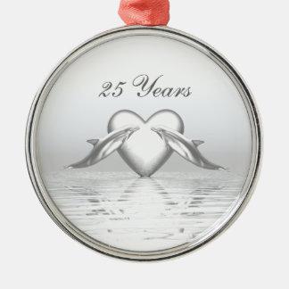 Golfinhos e coração de prata do aniversário ornamento redondo cor prata