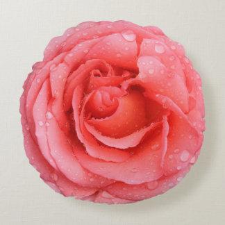 Gotas cor-de-rosa vermelhas românticas da água almofada redonda